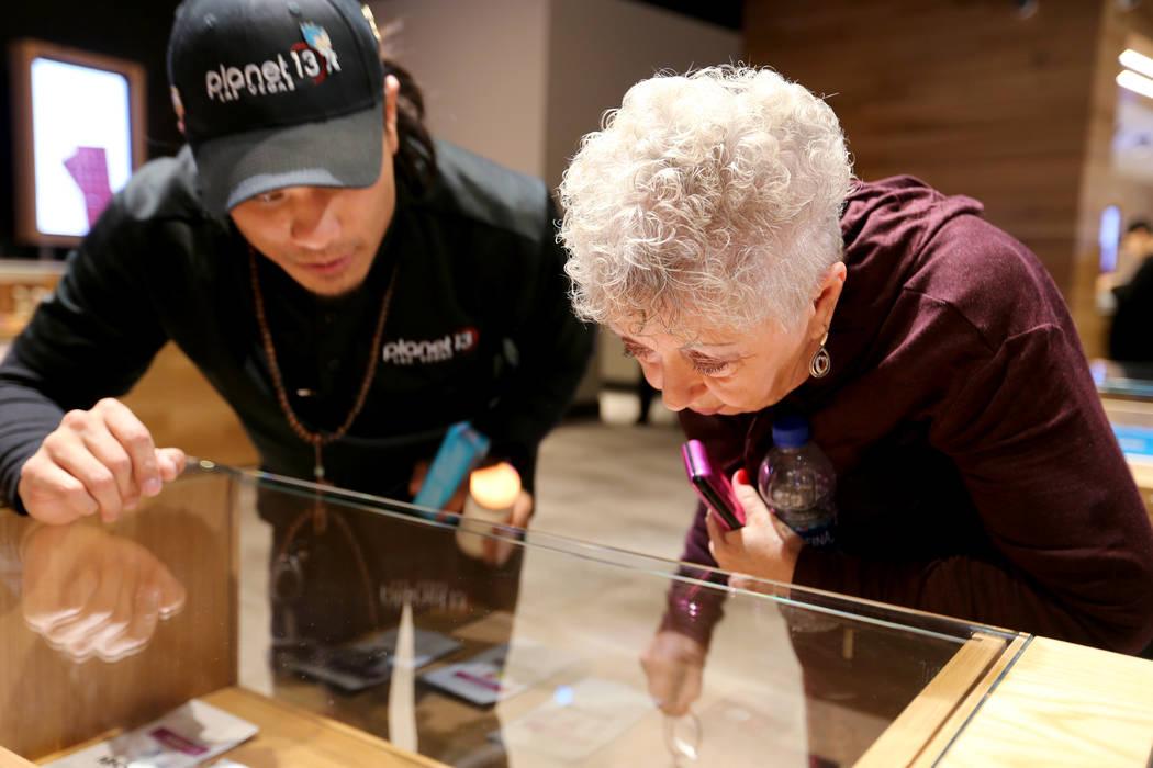 Barbara Strecker de Las Vegas verifica el producto con la ayuda de Brandon Hang en Planet 13, que se considera uno de los dispensarios más grandes del mundo el jueves 1 de noviembre de 2018. La t ...