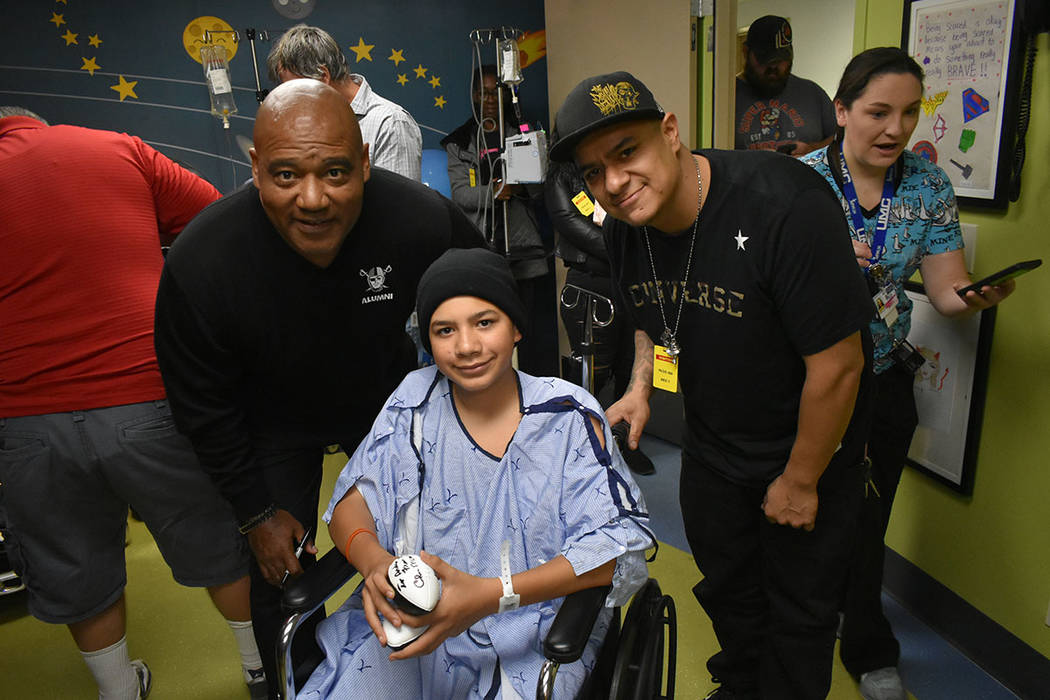 Andrew Velasco fue uno de los pacientes que pudo convivir con los Raiders. Martes 13 de noviembre de 2018 en el Hospital Infantil UMC. Foto Anthony Avellaneda / El Tiempo.