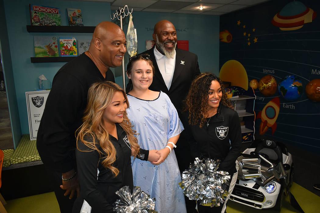 Ex-jugadores de los Raiders y las 'Raiderettes' convivieron con niños que reciben algún tratamiento médico. Martes 13 de noviembre de 2018 en el Hospital Infantil UMC. Foto Anthony Avellane ...