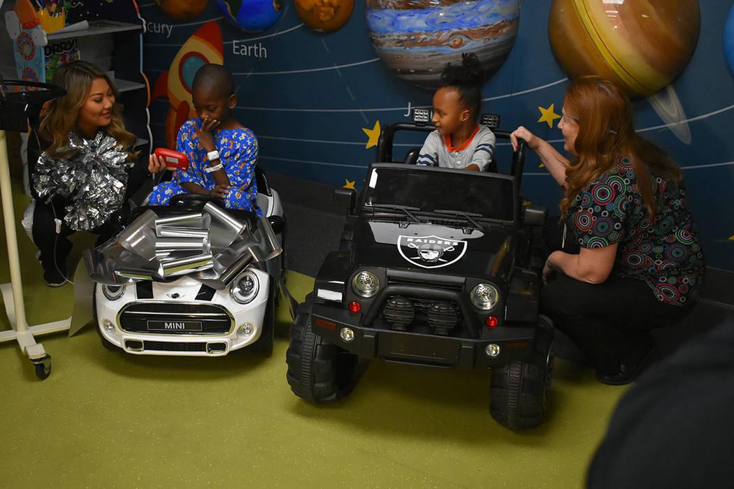 Los Raiders donaron carros eléctricos para los pacientes del hospital infantil. Martes 13 de noviembre de 2018 en el Hospital Infantil UMC. Foto Anthony Avellaneda / El Tiempo.