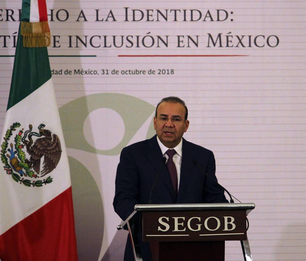 México, 31 Oct 2018 (Notimex-Francisco García).- El secretario de Gobernación, Alfonso Navarrete Prida encabezó la entrega de actas de nacimiento en lenguas originarias, así como de la primer ...