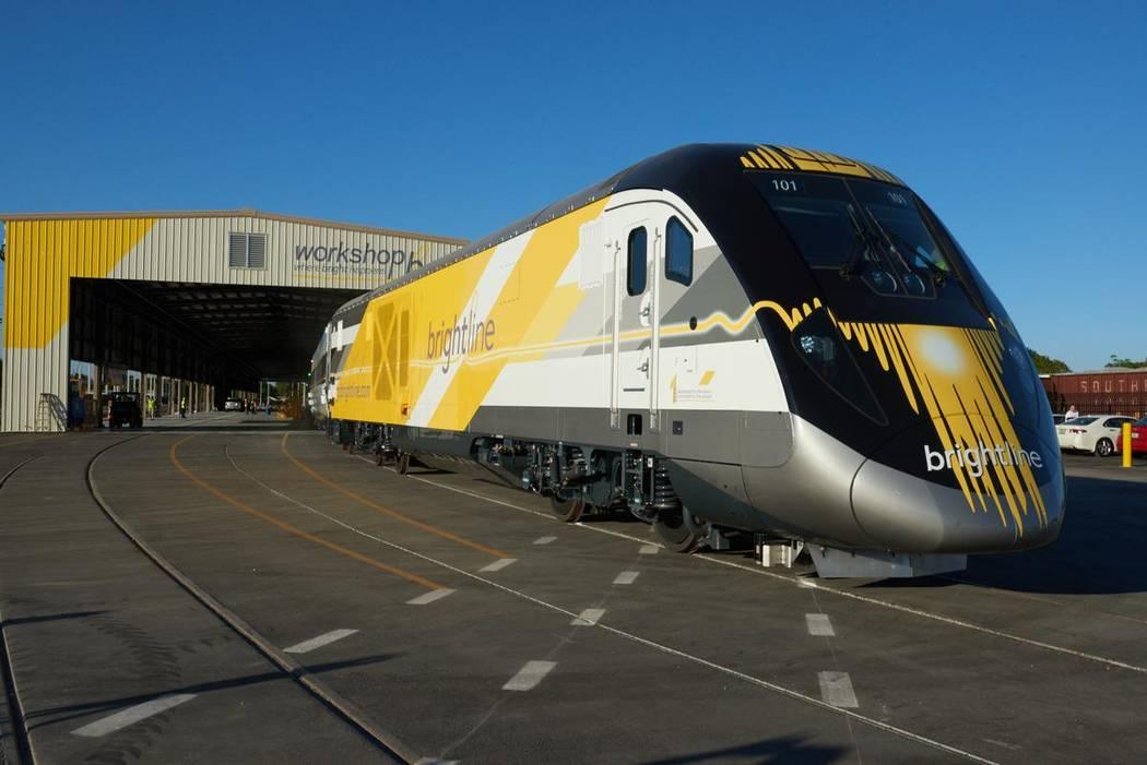 Un plano exterior de una línea de ferrocarril de alta velocidad de Brightline. (Brightline)
