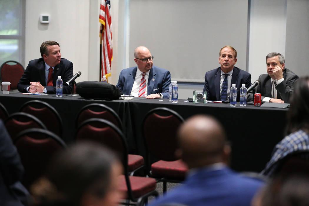 Joe Reynolds, Consejero General Principal del Sistema de Educación Superior de Nevada, de izquierda a derecha, Regent Kevin Page, el Canciller Thomas Reilly y el Vicepresidente Jason Geddes, dura ...