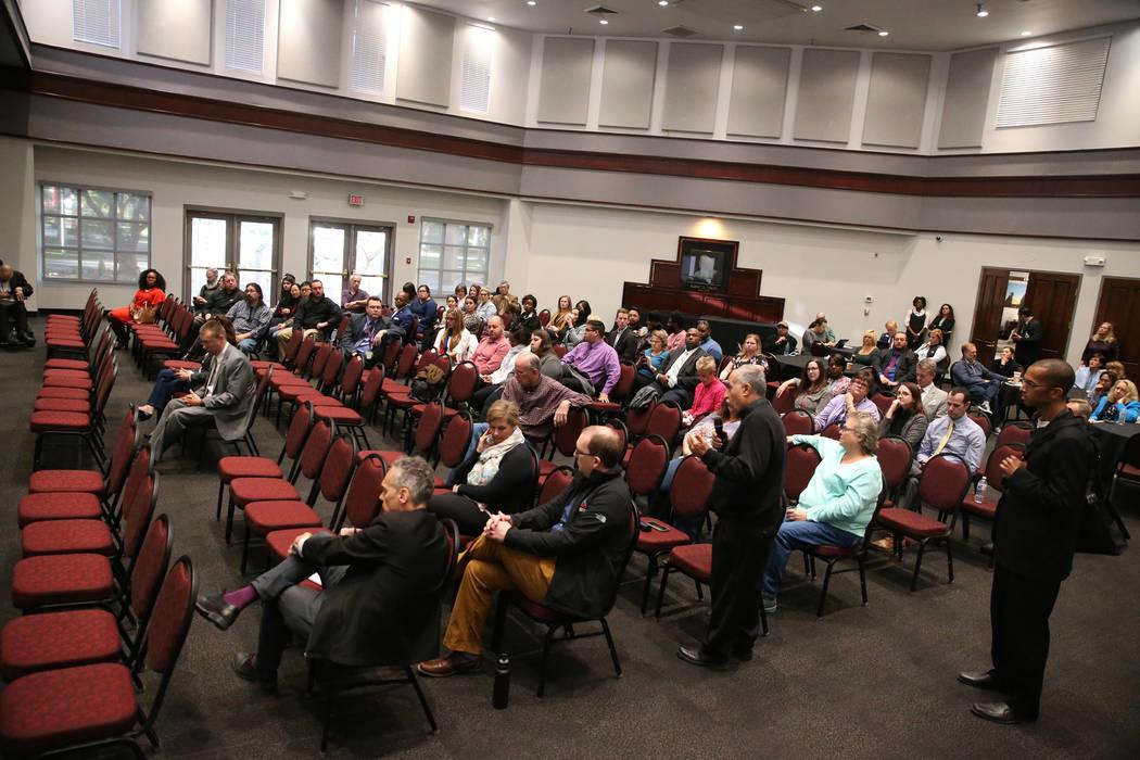 Las personas asisten a un foro público con funcionarios del Sistema de Educación Superior de Nevada para discutir la búsqueda de un nuevo presidente para la UNLV, en Las Vegas, el jueves 15 de ...