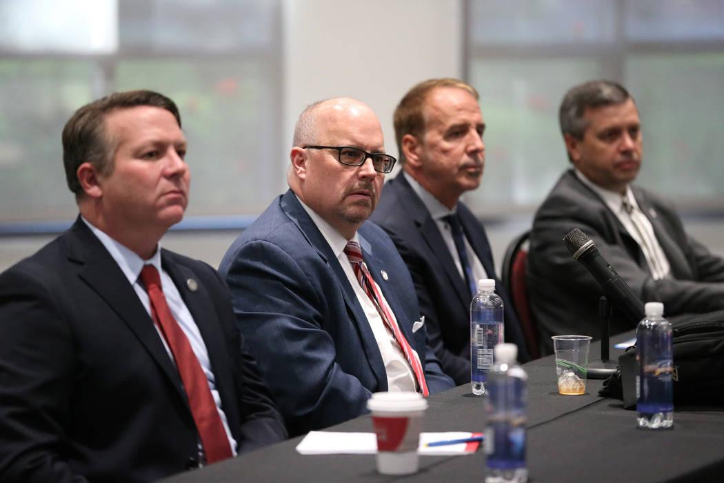 Joe Reynolds, Consejero General Principal del Sistema de Educación Superior de Nevada, de izquierda a derecha, Regent Kevin Page, el Canciller Thom Reilly y el Vicepresidente Jason Geddes, durant ...