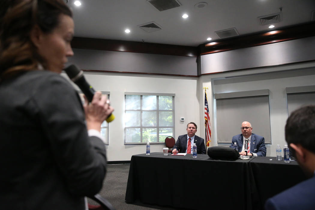 El Jefe del Consejo General de Nevada del Sistema de Educación Superior, Joe Reynolds, a la izquierda, y Regent Kevin Page, escuchan los comentarios públicos durante un foro para discutir la bú ...