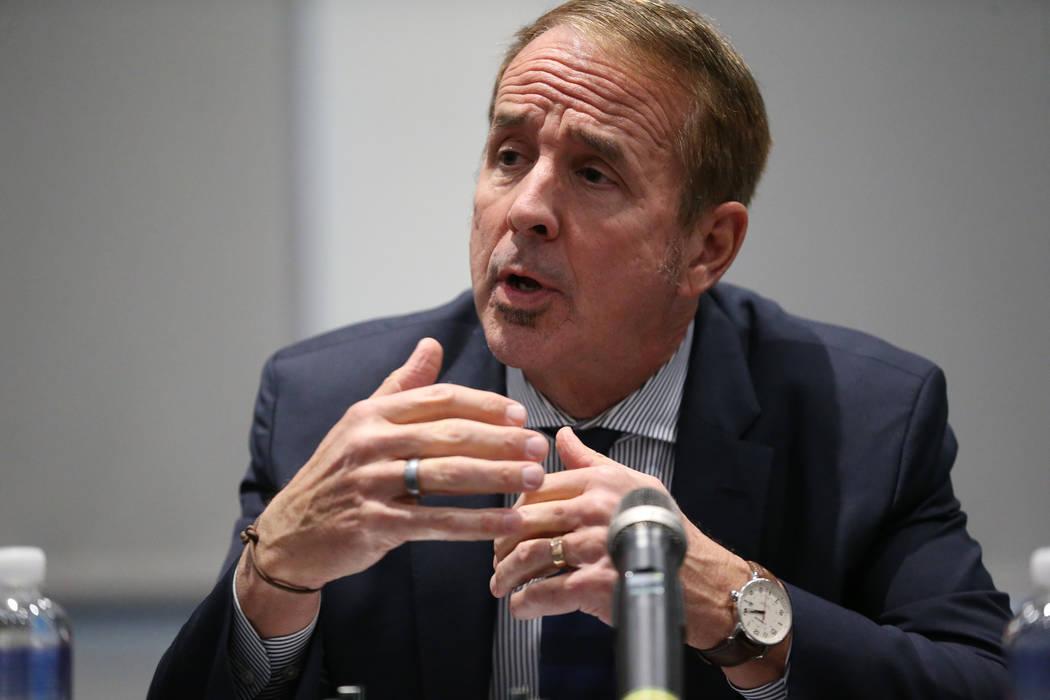 Thom Reilly, canciller del Sistema de Educación Superior de Nevada, habla en un foro público para discutir la búsqueda de un nuevo presidente para la UNLV en Las Vegas, el jueves 15 de noviembr ...