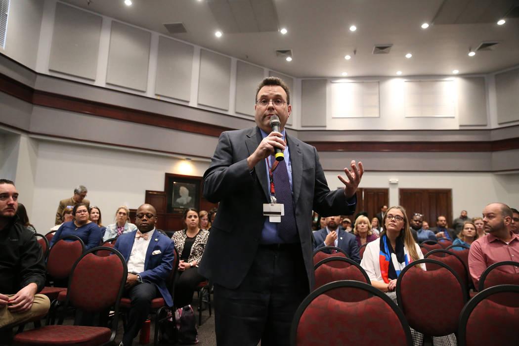 David Frommer, vicepresidente asociado de planificación de construcción y bienes raíces de la UNLV, comparte su opinión durante un foro público para discutir la búsqueda de un nuevo presiden ...