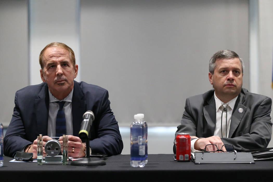 El canciller Thom Reilly del Sistema de Educación Superior de Nevada, a la izquierda, y el vicepresidente Regent Jason Geddes, durante un foro público para discutir la búsqueda de un nuevo pres ...