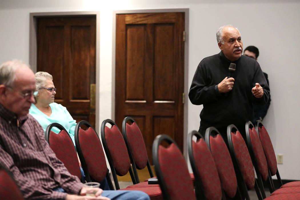 Mehran Tamadonfar, profesor de ciencias políticas de UNLV, comparte su opinión durante un foro público para discutir la búsqueda de un nuevo presidente para la UNLV en Las Vegas el jueves 15 d ...
