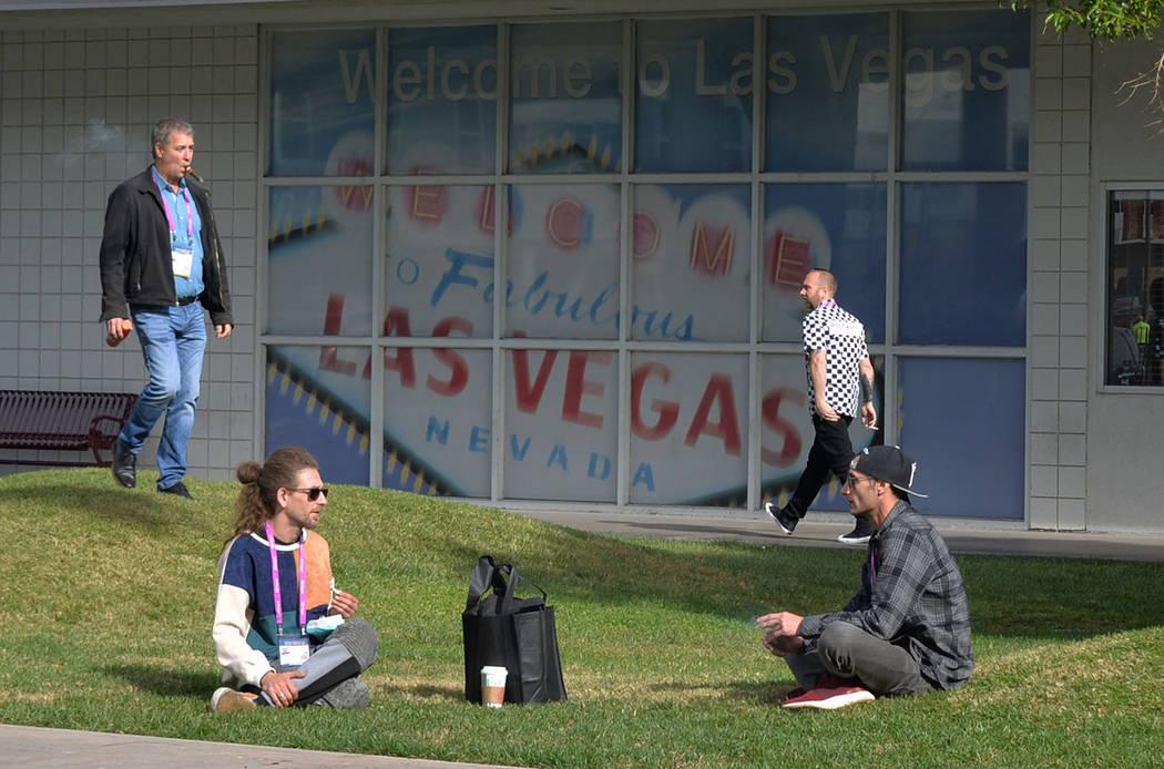 """Dos convencionistas se toman un descanso y aprovecharon para """"forjarse"""" un """"churro"""". Viernes 16 de noviembre de 2018 en el Centro de Convenciones de Las Vegas. Foto Frank Alejandre / El Ti ..."""