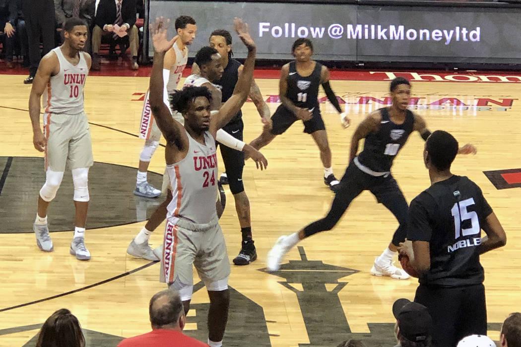 Joel Ntambwe de la UNLV defiende un pase dentro de los límites ya que los Rebels reciben a Oakland en el Thomas & Mack Center en Las Vegas el viernes 16 de noviembre de 2018. La UNLV ganó 74 a 6 ...