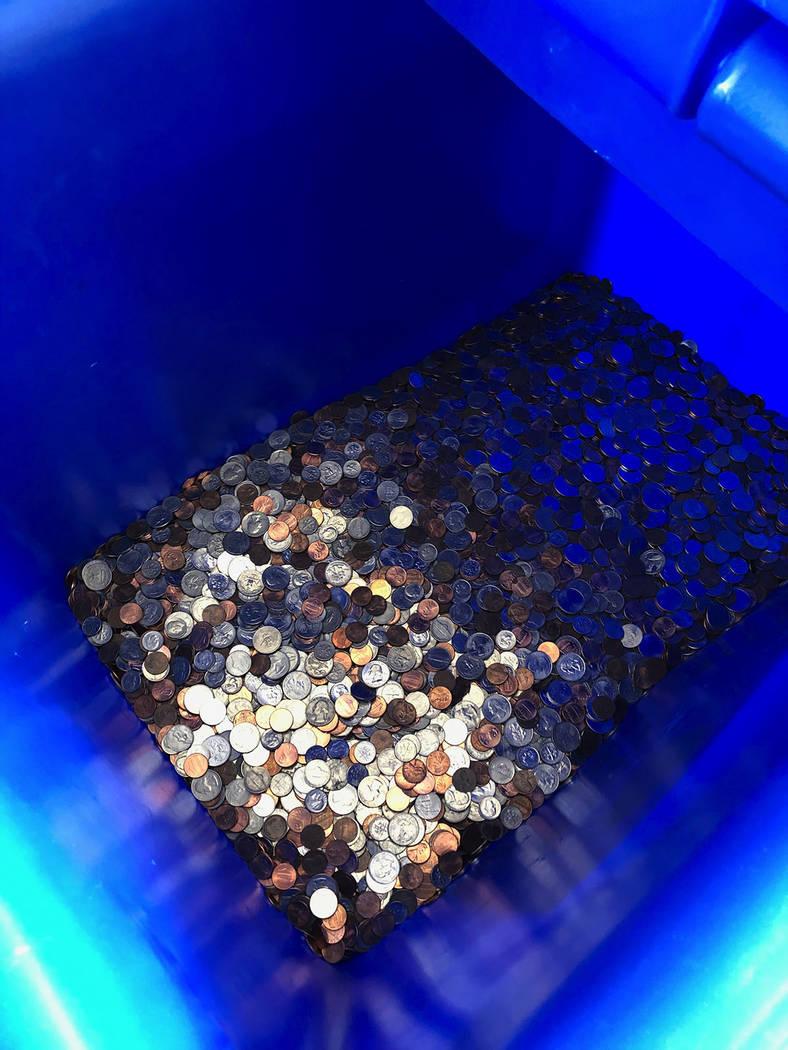 Caja con monedas colectadas por los estudiantes de la escuela secundaria Rogich. Viernes 16 noviembre de 2018. Foto Valdemar González / El Tiempo - Contribuidor.