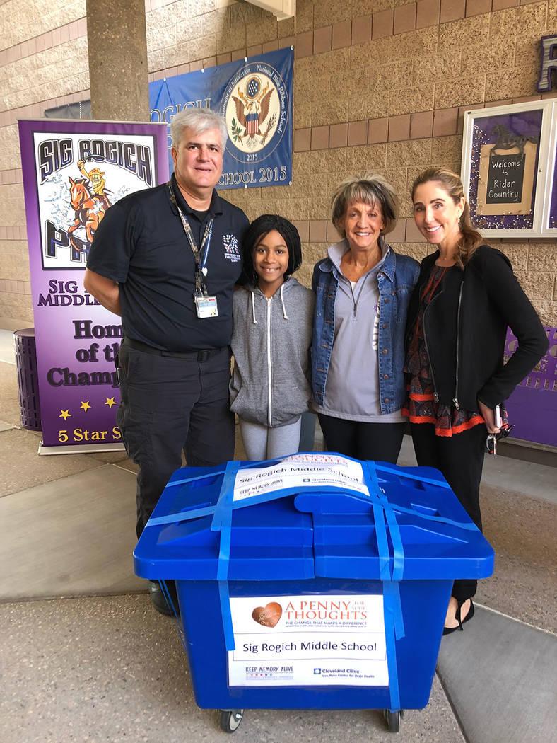 """Desde la izq.: Armando Chirinos, Jasmine Flanagan, Suzie Harrison-Rollins y Anna Robbins, durante la campaña de la Fundación Conservar Viva la Memoria, """"Un penny para tus pensamientos"""". Vier ..."""