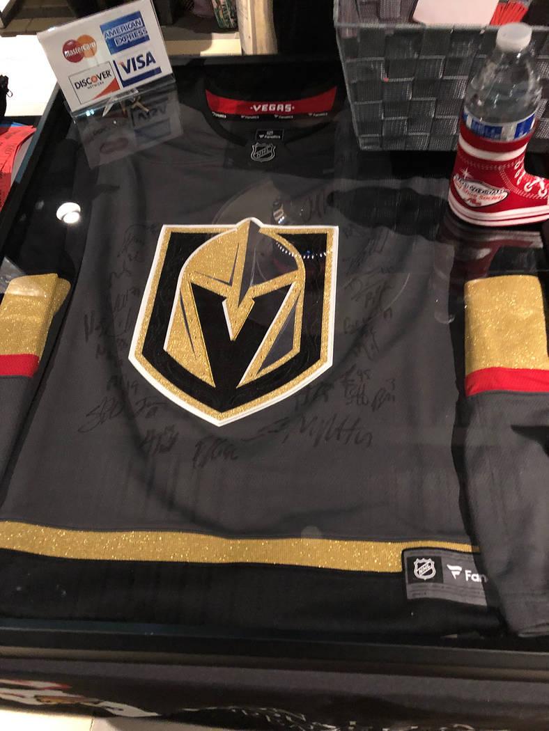 Una camiseta del equipo de hockey, Vegas Golden Knights, firmada por sus jugadores, fue rifada en evento de la Red Shoe Society. Jueves 15 de noviembre de 2018, en la sede de UFC. Foto Valdemar Go ...
