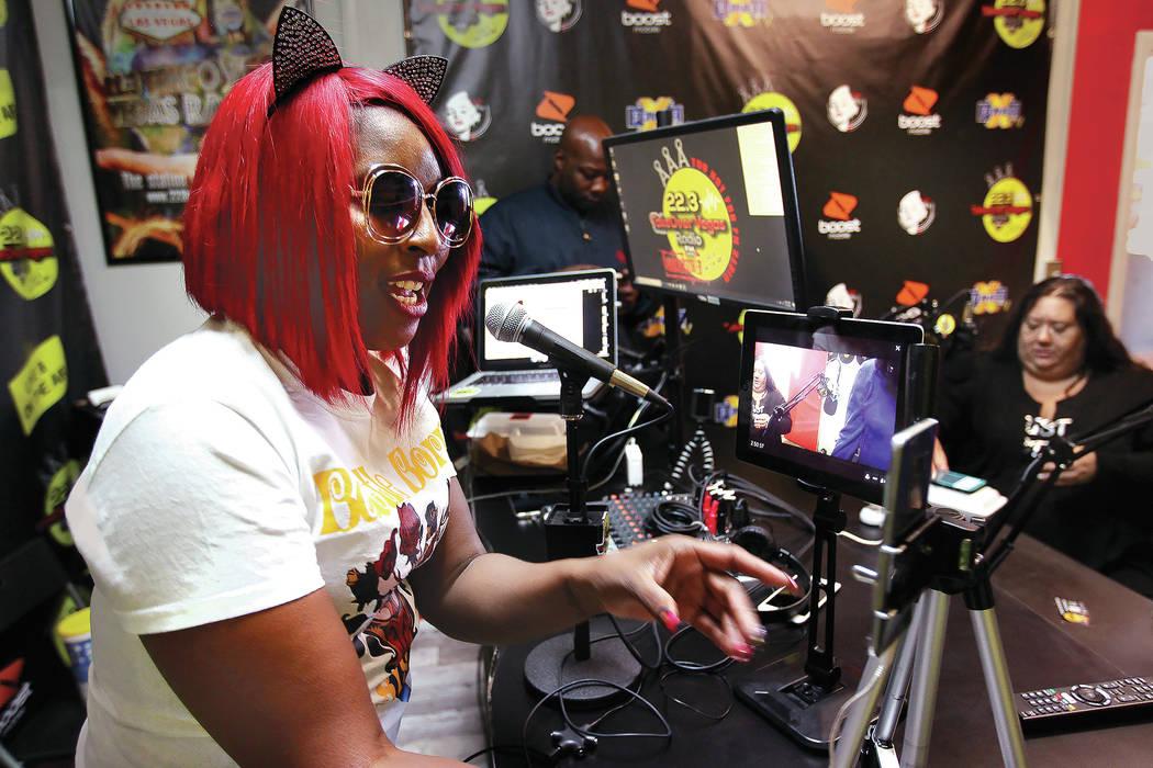 """DeVonna """"Kat"""" Normand habla con una oyente en Facebook Live durante su programa Sin City Heat en la estación de radio por Internet de 22.3 TakeOver Vegas Radio en Las Vegas el viernes 9 de noviem ..."""