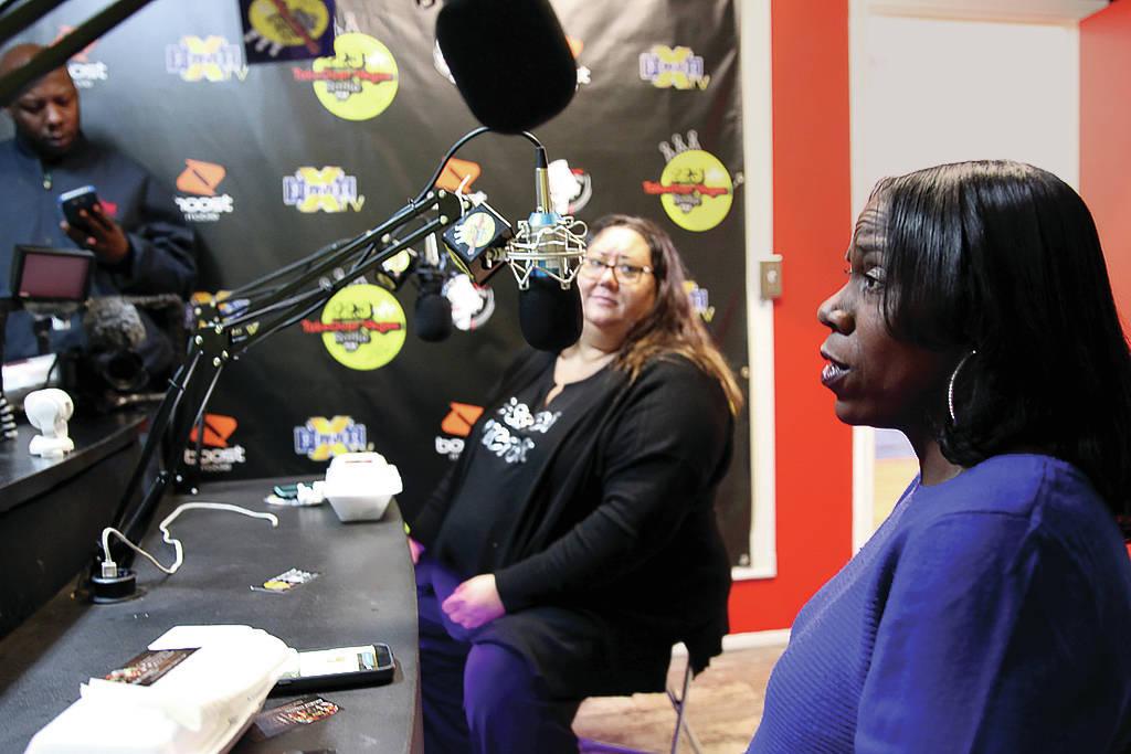 """Myscie Boren, a la izquierda, e Indi Kaufman son entrevistadas por DeVonna """"Kat"""" Normand durante el show de Normand en Sin City Heat en la estación de radio de 32.3 TakeOver Vegas Radio en Las Ve ..."""