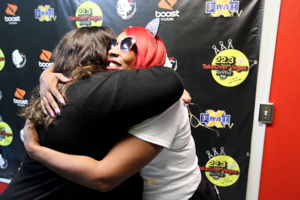 """DeVonna """"Kat"""" Normand, a la derecha, abraza a Myscie Boren después de su programa Sin City Heat en la estación de radio por Internet TakeOver Vegas Radio en Las Vegas el viernes 9 de noviembre d ..."""