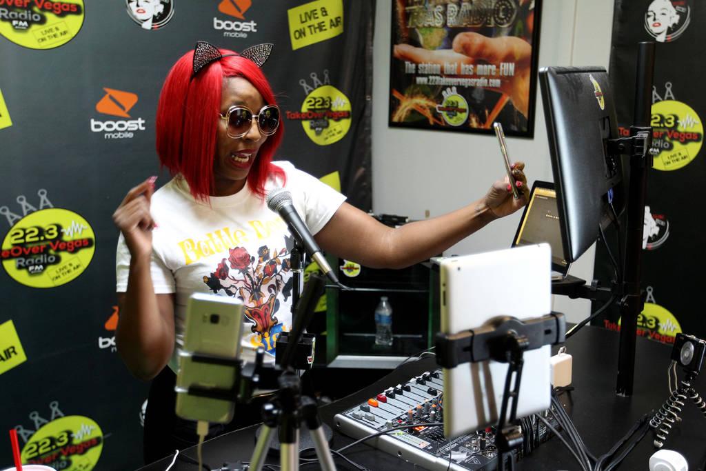 """DeVonna """"Kat"""" Normand habla con un oyente en vivo en Instagram durante su programa Sin City Heat en la estación de radio por Internet de 22.3 TakeOver Vegas Radio en Las Vegas el viernes 9 de nov ..."""