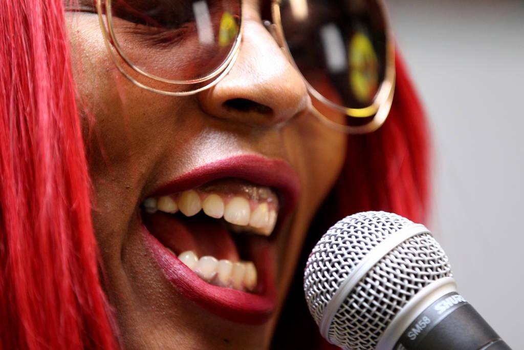 """DeVonna """"Kat"""" Normand hace su programa Sin City Heat en la estación de radio por internet TakeOver Vegas Radio en Las Vegas el viernes 9 de noviembre de 2018. Normand, quien dijo que tenía compl ..."""