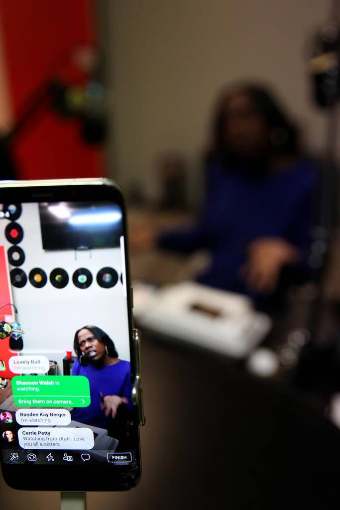 """Indi Kaufman aparece en Facebook Live mientras es entrevistada por DeVonna """"Kat"""" Normand durante el show de Normand Sin City Heat en la estación de radio por Internet TakeOver Vegas Radio en Las ..."""