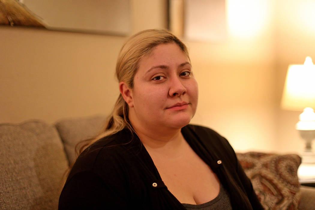 Lorena Llamas en su casa en North Las Vegas, el jueves 8 de noviembre de 2018. Llamas es una de las miles de mujeres que afirman haber sufrido dolor crónico y debilitante, sangrado abundante e in ...