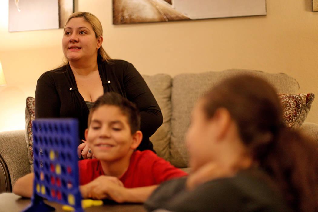 Lorena Llamas habla en el Review-Journal cerca de sus hijos en su hogar en North Las Vegas, el jueves 8 de noviembre de 2018. Llamas es una de las miles de mujeres que afirman haber sufrido dolor ...