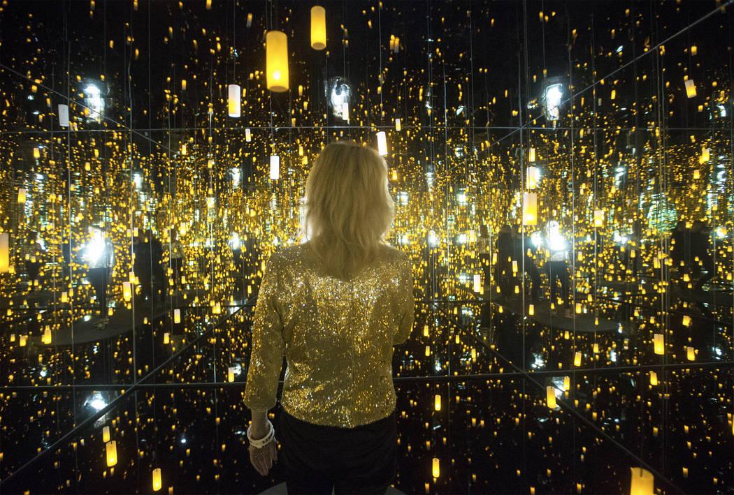 """Dawn Michelle Baude explora el """"Infinity Mirrored Room"""" en la nueva exhibición de Yayoi Kusama en la Galería de Bellas Artes Bellagio el viernes 16 de noviembre de 2018, en Las Vegas. Benjamin H ..."""