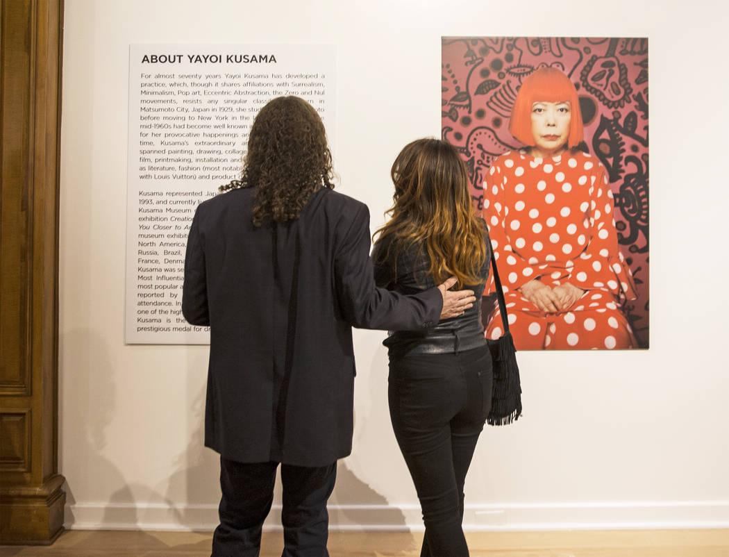 Matt Kelemen, a la izquierda, y Gisela Lacayo leyeron la información de fondo sobre la artista Yayoi Kusama en su nueva exhibición en la Galería de Bellas Artes Bellagio el viernes 16 de noviem ...
