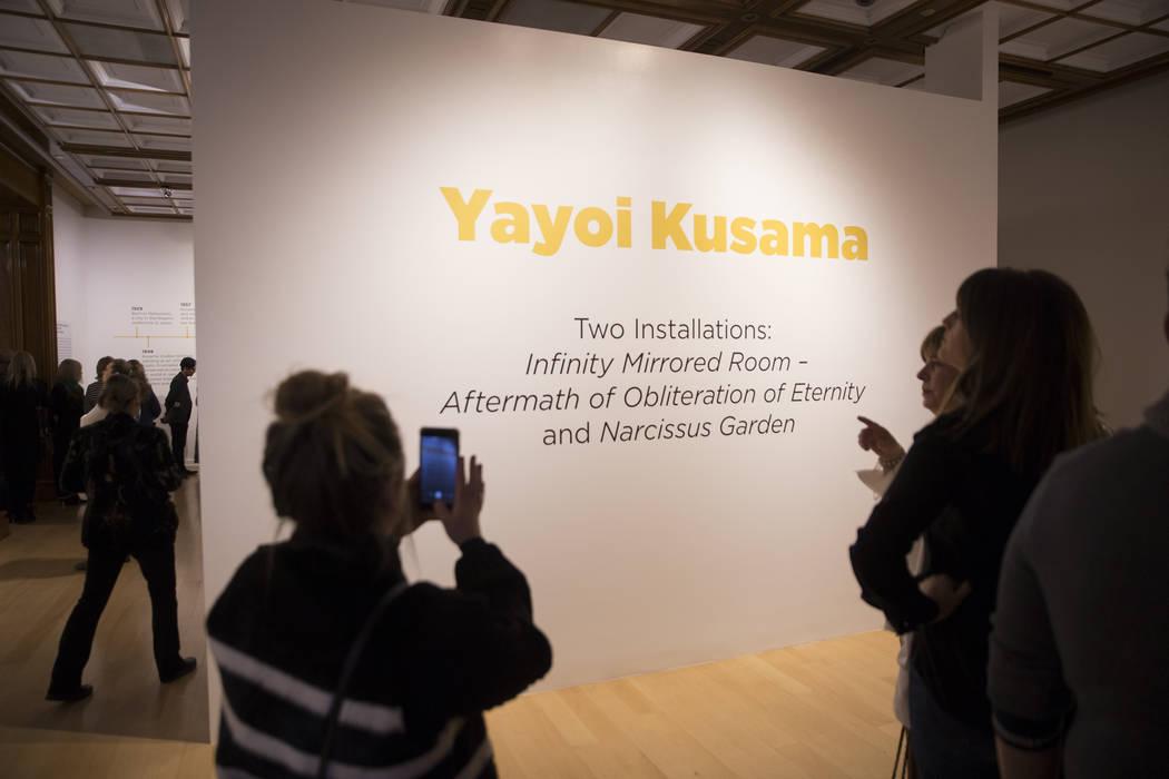 Los asistentes exploran la nueva exhibición de Yayoi Kusama en la Galería de Bellas Artes Bellagio el viernes 16 de noviembre de 2018, en Las Vegas. Benjamin Hager Las Vegas Review-Journal