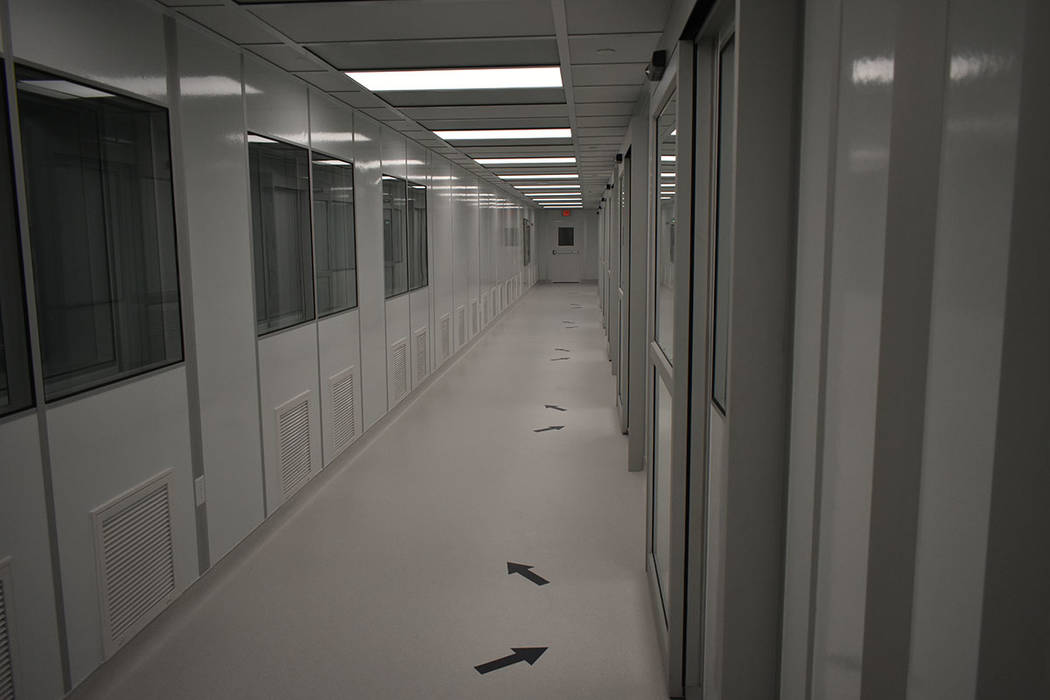 Las instalaciones de Origin Biologics cuentan con un estricto protocolo de limpieza, donde además se regula la presión del aire y la temperatura que debe ser menor a 65º. Viernes 16 de noviembr ...