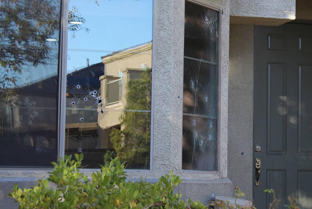 Los agujeros de bala marcan las ventanas de una casa en la cuadra 6700 de Courtney Michelle Street en North Las Vegas que fue alcanzada por disparos, matando a una niña de 11 años la noche del j ...