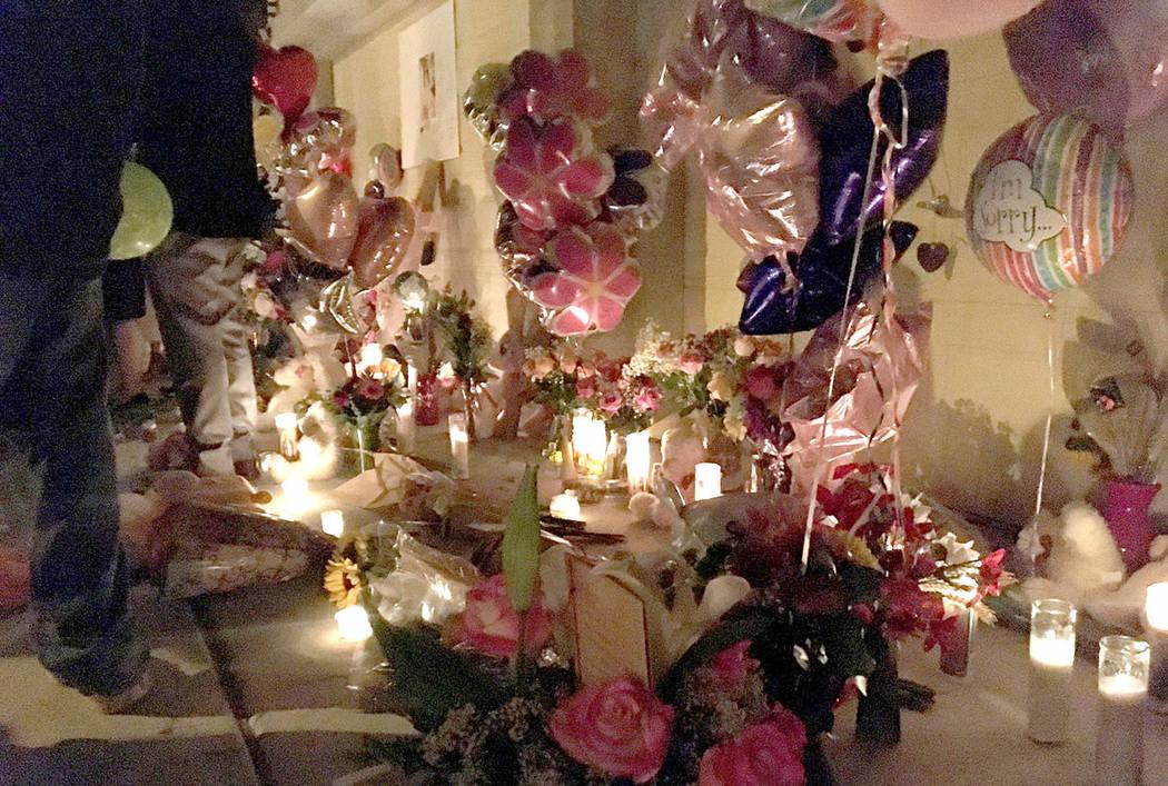 Los dolientes se reúnen para recordar a Angelina Erives durante un velorio el sábado 3 de noviembre de 2018, en Courtney Michelle Street en Las Vegas. (Kimber Laux / Las Vegas Review-Journal)