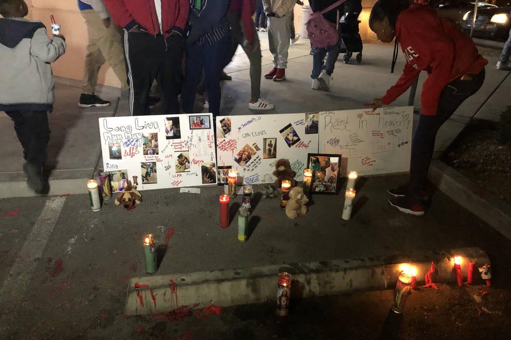 Una mujer ajusta los carteles que recuerdan a LaMadre Harris durante un velorio el 14 de noviembre. El niño de 16 años murió a causa de un tiroteo en North Las Vegas el martes 13 de noviembre d ...