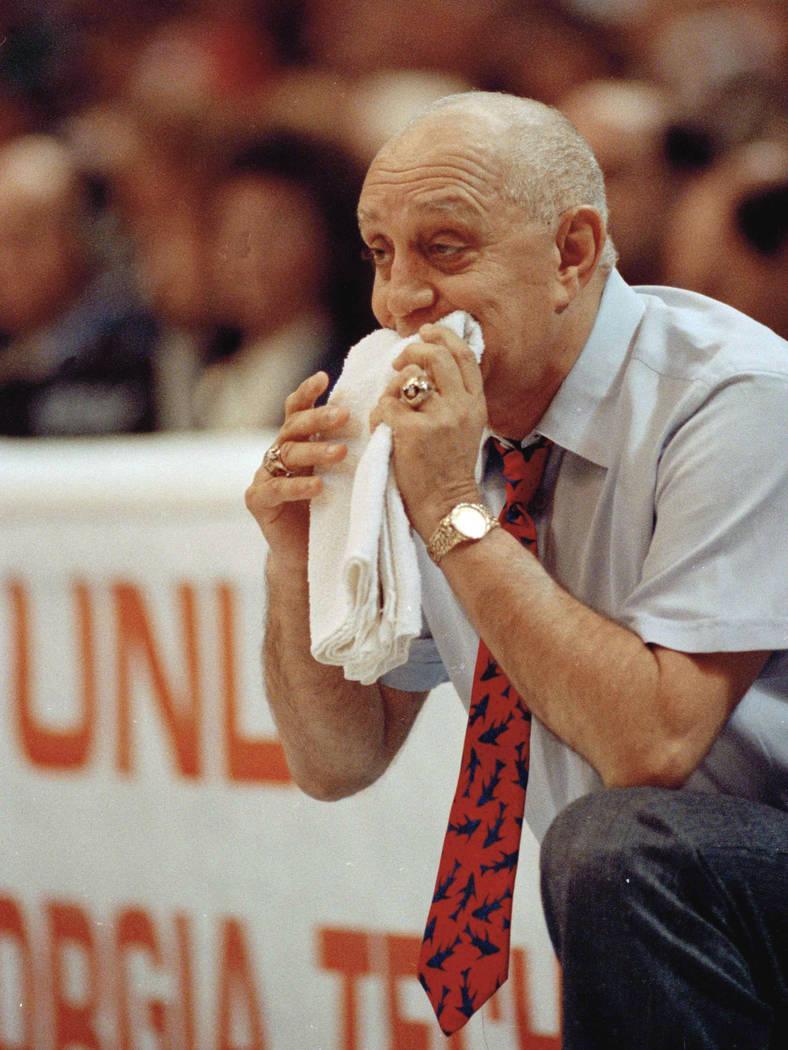 El entrenador de la UNLV, Jerry Tarkanian, muerde su toalla mientras ve a sus Rebels enfrentarse a Duke University en el juego de campeonato de la Final Four en Denver el 2 de abril de 1990. (AP)