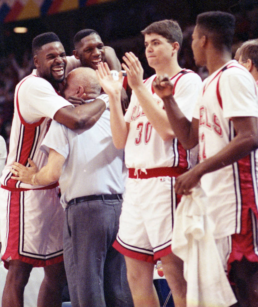 Los jugadores de baloncesto de la UNLV celebran con el entrenador en jefe, Jerry Tarkanian, después de su victoria en el Campeonato Nacional de la NCAA sobre los Duke Blue Devils el 2 de abril de ...