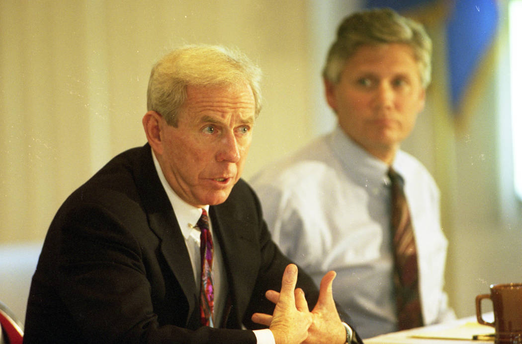 El presidente de la UNLV, Robert Maxson (izquierda), y el asesor legal de la UNLV, Brad Booke, durante una conferencia de prensa que abordó el caso de infracciones de 28 denuncias del equipo masc ...
