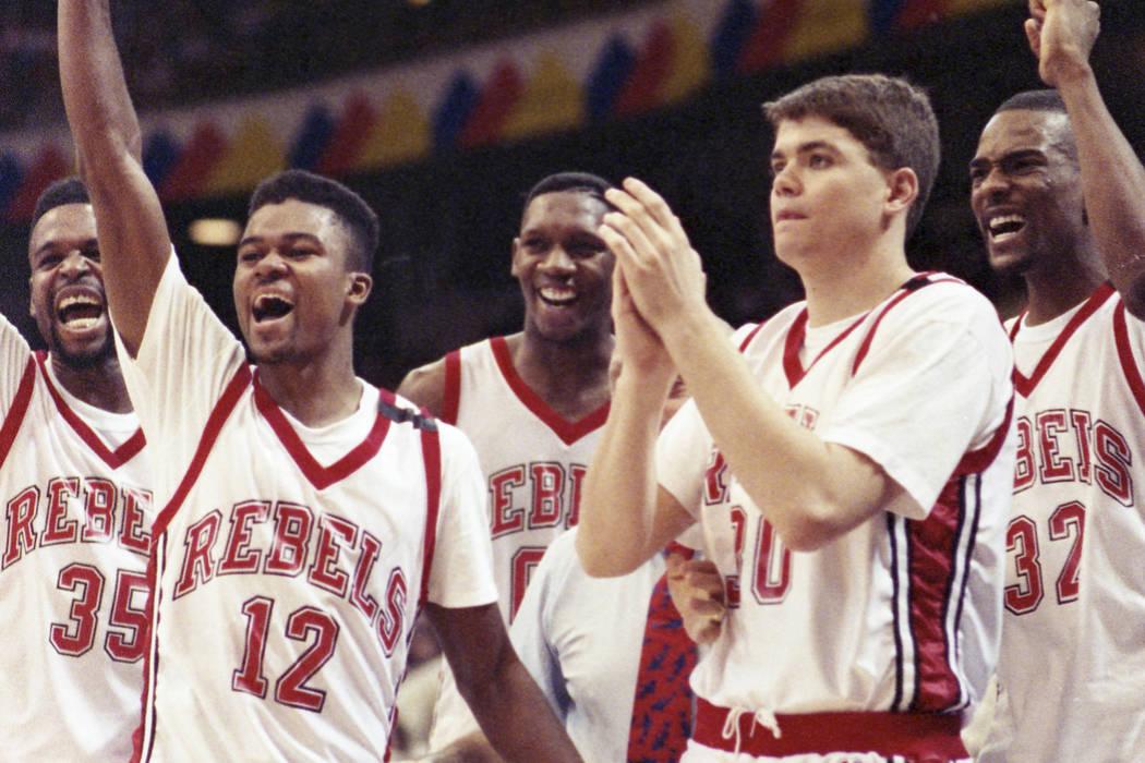 Mosses Scurry, a la izquierda, Anderson Hunt, David Butler, David Rice, Stacey Augmon y Jerry Tarkanian en medio, celebran después de ganar el Campeonato Nacional de la NCAA contra los Duke Blue ...