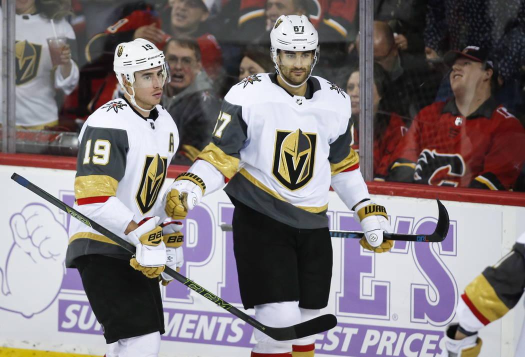 Max Pacioretty de los Golden Knights de Vegas, a la derecha, celebra su gol con su compañero de equipo, Reilly Smith, durante el tercer período de hockey de la NHL contra los Calgary Flames en C ...