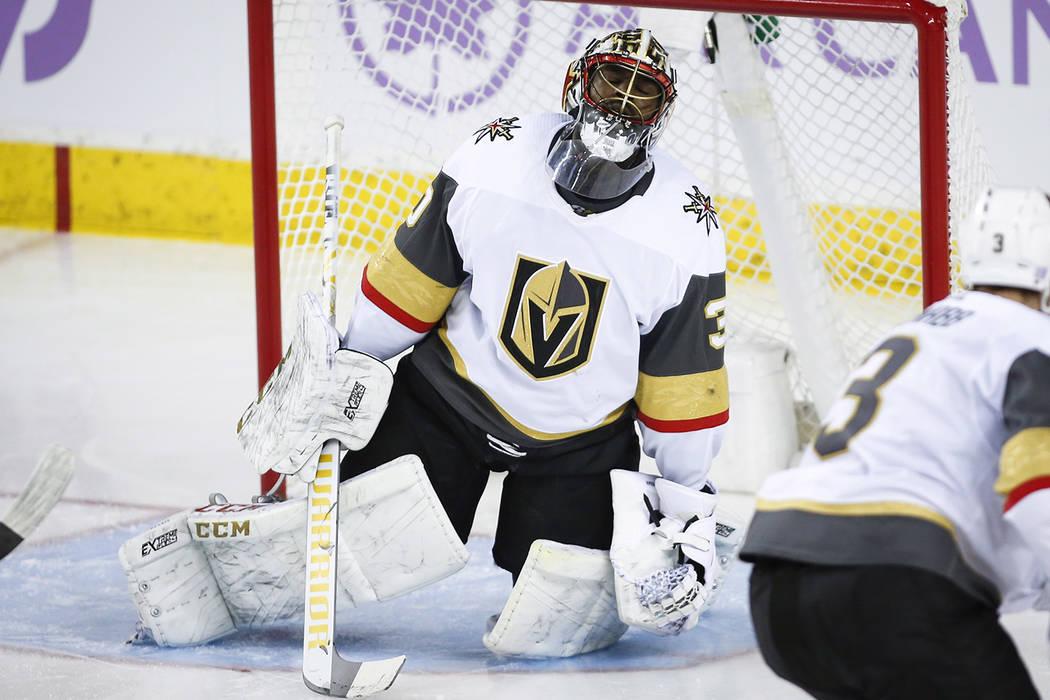 El portero de los Golden Knights de Vegas, Malcolm Subban, a la izquierda, reacciona después de dejar entrar un gol durante el segundo tiempo de un juego de hockey de la NHL contra los Calgary Fl ...