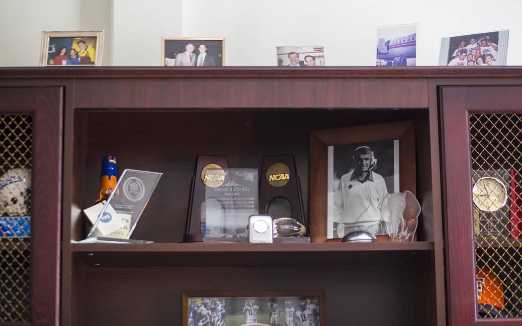 Una foto del entrenador en jefe de fútbol de los Titans, Gene Murphy, a la derecha, en la oficina de Steve DiTolla, director atlético asociado senior de Cal State Fullerton, en el campus de Full ...