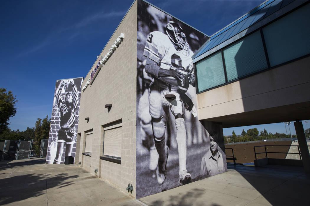 Una foto histórica del antiguo programa de fútbol Titan muestra al mariscal Damon Allen y al entrenador en jefe Gene Murphy en acción en el Titan Stadium en Cal State Fullerton en Fullerton, Ca ...