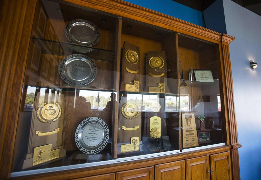 Una variedad de trofeos, incluidos cuatro campeonatos nacionales, en la casa club del equipo de béisbol de Cal State Fullerton en Fullerton, California, el miércoles 31 de octubre de 2018. Chase ...