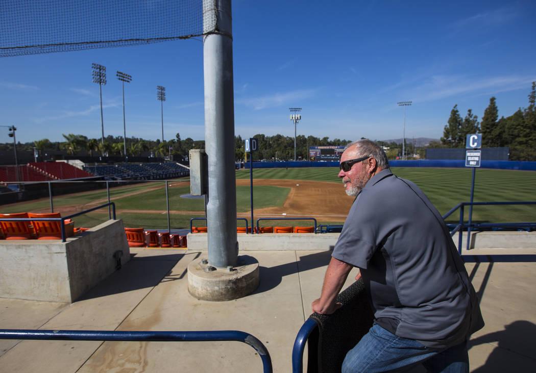 El entrenador en jefe de béisbol, Rick Vanderhook, mira sobre Goodwin Field en Cal State Fullerton en Fullerton, California, el miércoles 31 de octubre de 2018. Chase Stevens Las Vegas Review-Jo ...
