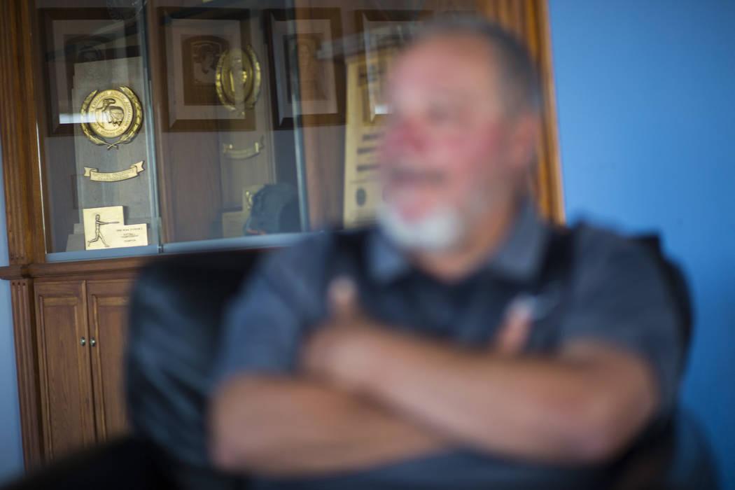 Una variedad de trofeos, incluidos cuatro campeonatos nacionales, detrás del entrenador Rick Vanderhook en el clubhouse del equipo de béisbol de Cal State Fullerton en Fullerton, California, el ...