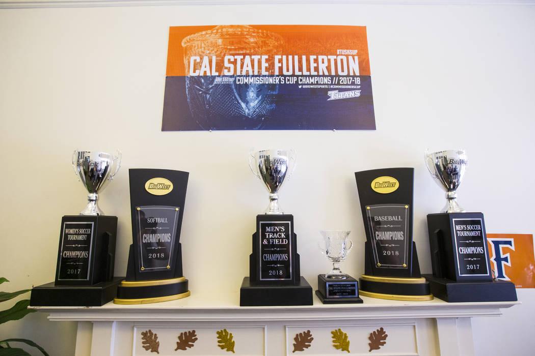 Trofeos de la conferencia Big West de una variedad de programas deportivos en Cal State Fullerton en Fullerton, California, el miércoles 31 de octubre de 2018. Chase Stevens Las Vegas Review-Jour ...