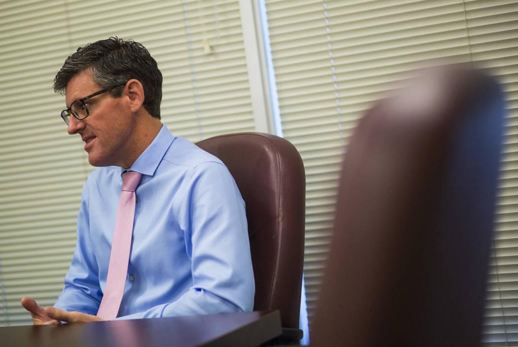 Andy Fee, director de atletismo en Long Beach State, habla sobre los programas deportivos de la escuela en Long Beach, California, el martes 30 de octubre de 2018. Chase Stevens Las Vegas Review-J ...