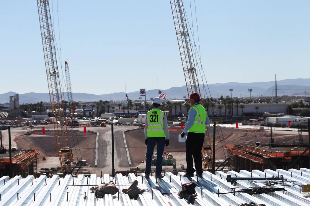 Don Webb, a la izquierda, director de operaciones de LV Stadium Co., con Rick Velotta, reportero de Las Vegas Review-Journal, da un recorrido por el sitio de construcción del estadio Raiders en L ...