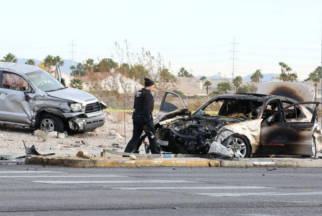 La policía de Las Vegas investiga un accidente de tres vehículos en la intersección de Flamingo Road y El Capitán Way el martes 20 de noviembre de 2018, en Las Vegas. (Bizuayehu Tesfaye / Las ...