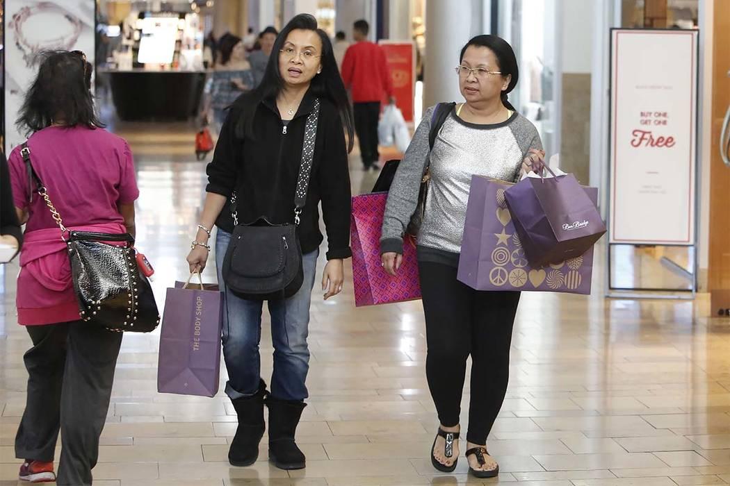 Geri H, centro, y su hermana Loby P, que se negaron a dar sus apellidos, compran en el Fashion Show mall en el Strip de Las Vegas el Black Friday pasado, el 24 de noviembre de 2017. (Bizuayehu Tes ...